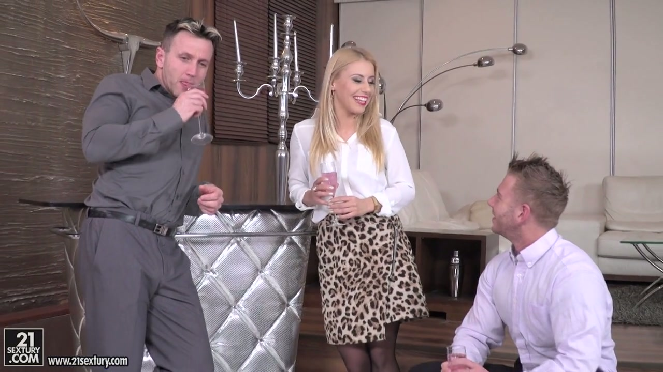 Feine blonde sexy babe fühlt sich entspannt und geil mit zwei Männer - Pornofilme kostenlos