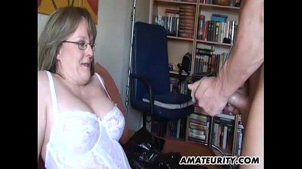 Amateur-Milf mit großen Titten saugt und fickt mit cum - Pornofilme kostenlos
