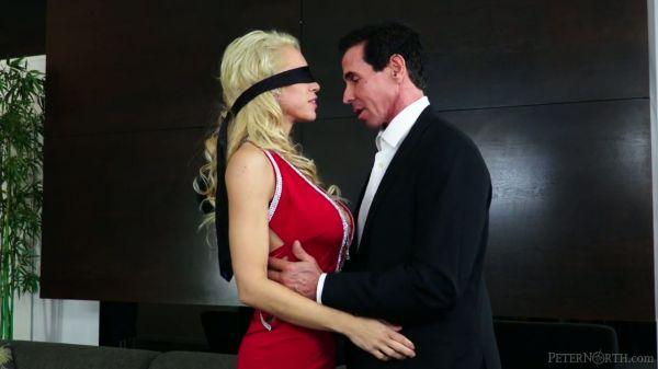 Blonde milf im roten Kleid, mit verbundenen Augen und verführt zum gangbang - Pornofilme kostenlos