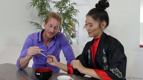 Heiße asiatische Masseurin Katana neckt starken Schwanz in der kinkiest Weise möglich - Pornofilme k