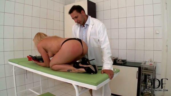 Der Arzt fickt seine sexy blonde Patienten - Pornofilme kostenlos