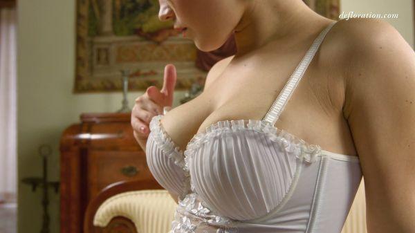Pure Schönheit Marfa Piroshka macht Ihre enge Muschi in sexy solo - Pornofilme kostenlos