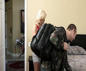 Blonde Reife weiße Frau im Schlafzimmer fickt einen Jungen Mann