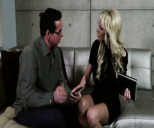 Feine wild-blonde milf auf der couch mit FMM Dreier mit zwei Jungs - Pornofilme kostenlos