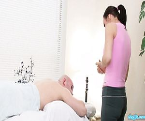 Heiße masseuse fickt Ihr client ohne sich Gedanken über die Konsequenzen - Pornofilme kostenlos
