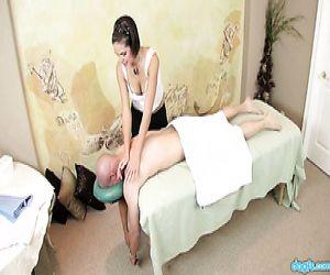 Sexy masseuse mit feinen Titten Rihannon Sky fickt Ihr client - Pornofilme kostenlos